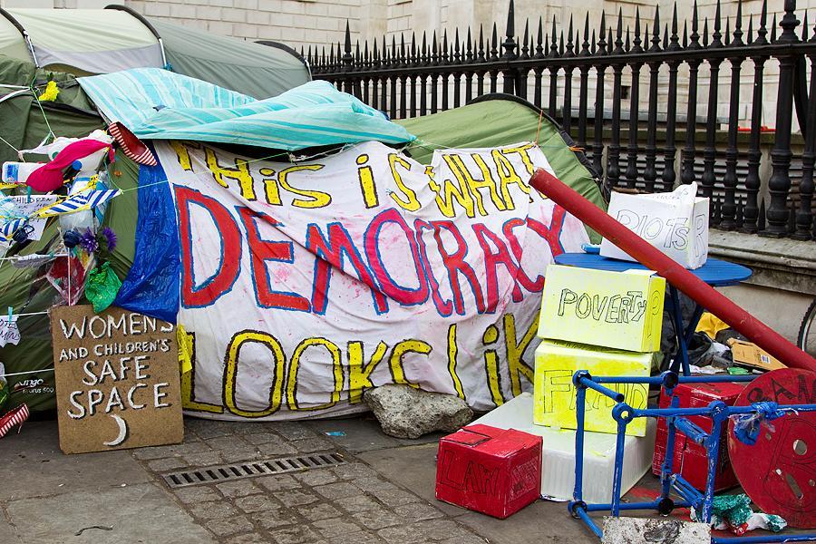 """""""Ovako izgleda demokracija"""", prosvjed ispred katedrale sv. Pavla u Londonu (izvor: Chris Beckett prema Creative Commons licenci)."""