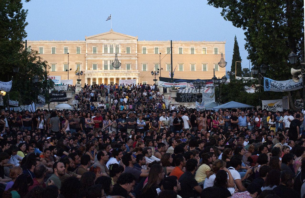 Narodni plenum ispred zgrade grčkog parlamenta 30. svibnja 2011. (Izvor: commons.wikimedia.org, preuzeto po Attribution-ShareAlike 3.0 Unported licenci)