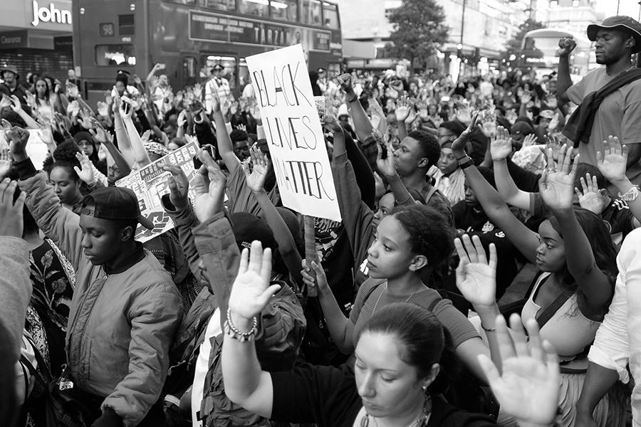 Prosvjednici pokreta Black Lives Matter kleče i dižu ruke uvis u Londonu, 8. srpnja 2016. (izvor: Alisdare Hickson @ Flickr, preuzeto prema Creative Commons licenci)