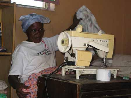 Šivanje haljina postalo je novi obrt u namibijskom selu Otjivero nakon šest mjeseci implementacije pilot-projekta BIG Coalition (Izvor: bignam.org, Foto: Dirk Haarmann)