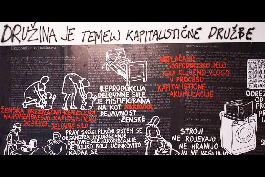"""Fotografija postavljanja izložbe """"Labour of Love"""" Adele Jušić inspirirane kampanjom """"Nadnice za kućanski rad"""" (Izvor: adelajusic.wordpress.com, photo by Ana Pečar, KIBLA PORTAL, Maribor, 2014)"""