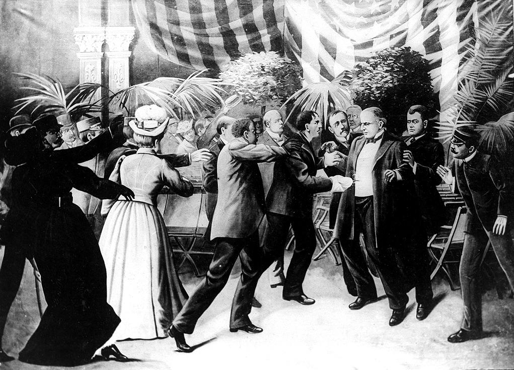 Crtež iz 1905. godine prikazuje Leona Czolgosza kako 6. rujna 1901. vrši atentat na predsjednika McKinleyja pucnjem iz skrivenog revolvera. (Izvor: commons.wikimedia.org)