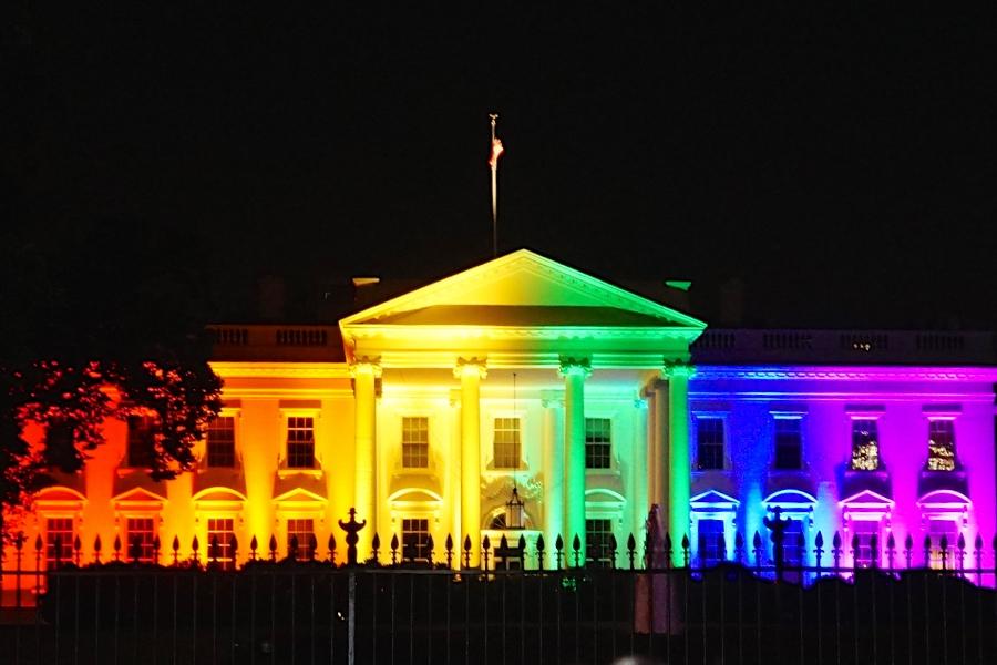 Fotografija Bijele kuće obasjane reflektorima u duginim bojama u svrhu proslave legalizacije gej brakova 26. lipnja 2015. godine iz uvoda u post preuzeta je s Flickr računa Teda Eytana po Attribution-ShareAlike 2.0 Generic licenci.