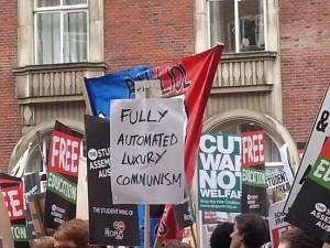 Zahtjev za potpuno automatiziranim luksuznim komunizmom među transparentima Marša za besplatno obrazovanje u Londonu iz studenog 2014. godine. (Izvor)
