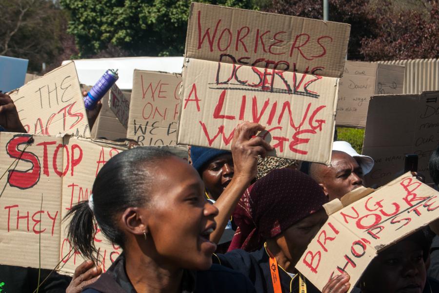 """Čistačice sa Sveučilišta u Johannesburgu zajedno s drugim organizacijama u podršci Persistent Solidarity Forum maršu kojim se zahtijevalo pošten """"living wage"""" za radnike, 15. kolovoza 2014. godine (Izvor: Meraj Chhaya @ Flickr, preuzeto po Attribution 2.0 Generic licenci)"""