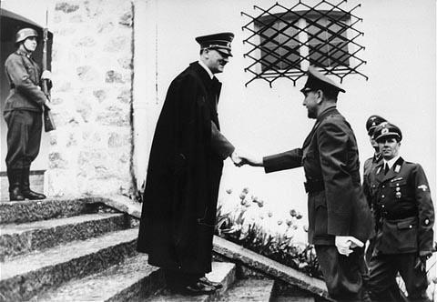 Adolf Hitler dočekuje Poglavnika NDH Antu Pavelića tijekom njegova državničkog posjeta Berghofu, 9. lipnja 1941. godine (Izvor: Wikipedia.org)