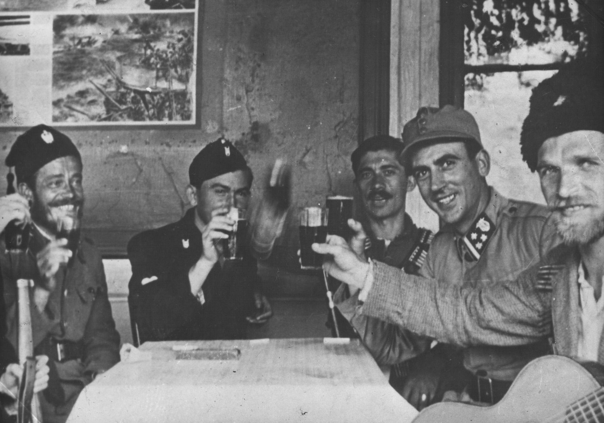 Četnici, domobrani i ustaše zajedno piju, 1942. godine (Izvor: commons.wikimedia.org, Dokumenti o izdajstvu Draže Mihailovića, knjiga I (str. 498), Beograd 1945)