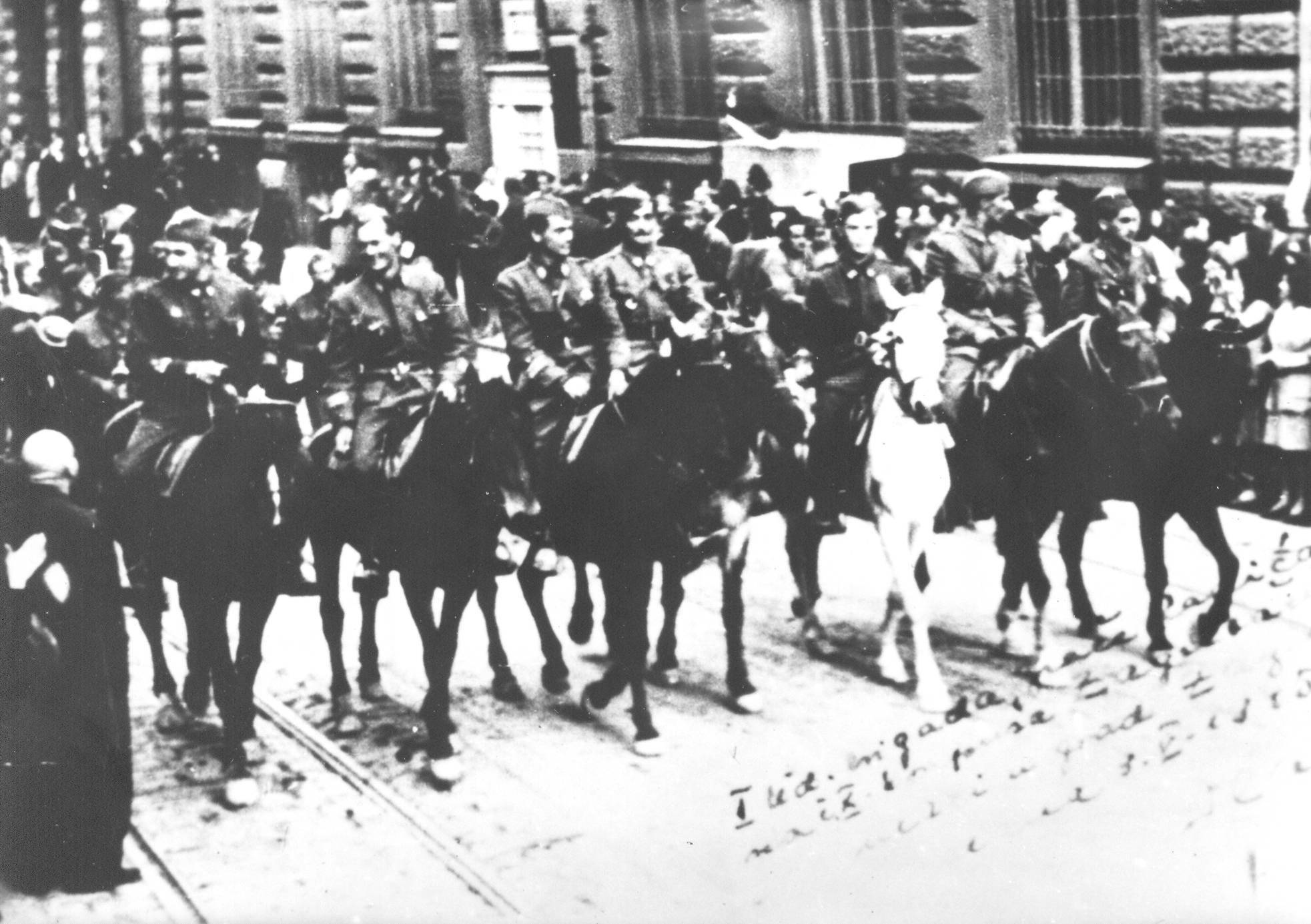 """Partizani Prve udarne brigade """"Braća Radić"""" na čelu 10. korpusa ulaze u oslobođeni Zagreb 9. svibnja 1945. (Izvor: commons.wikimedia.org)"""