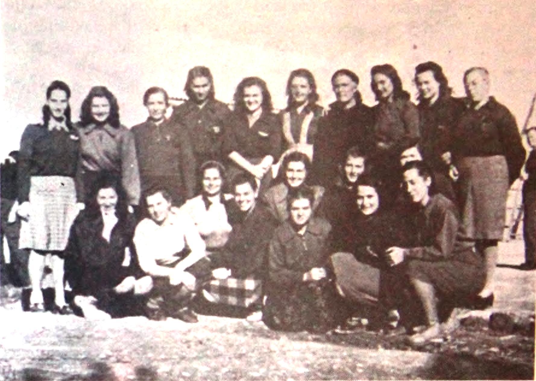 Skupina oslobođenih zatvorenica u partizanskom kampu Carbonara, četvrta slijeva stoji Vida Tomšič, 16. listopada 1943. godine (Izvor: commons.wikimedia.org)