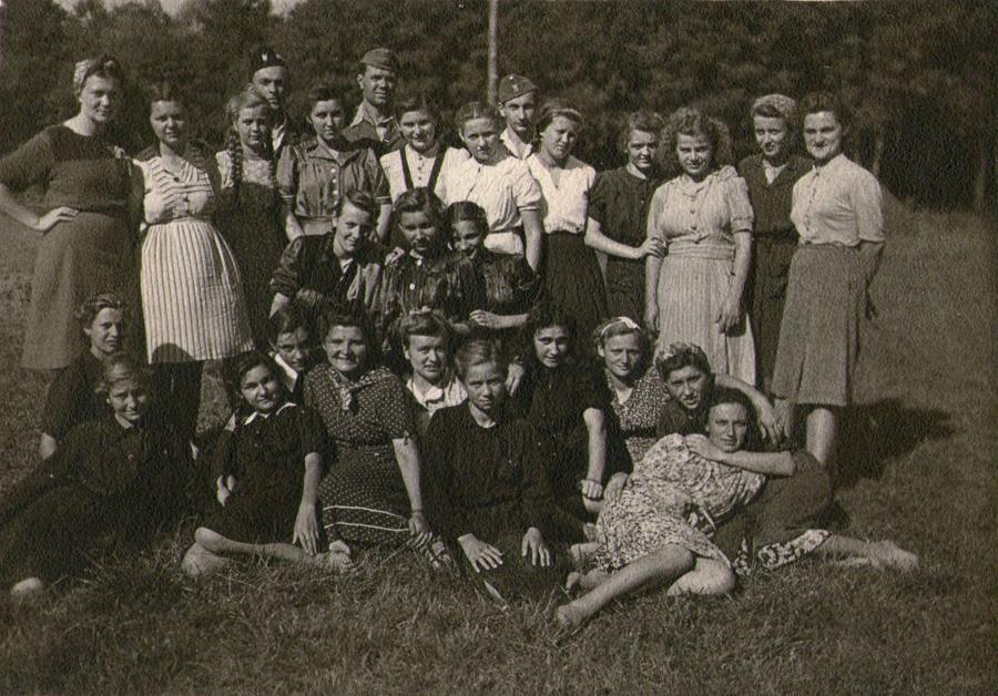 Rafael Boban s mještanima i pripadnicima ustaške mladeži u Đurđevcu, 1944. godine (Izvor: Zbirka Matije Vogrinčića; Kralja Tomislava 11, Đurđevac)