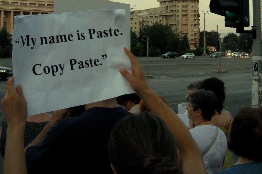 Transparent na prosvjedu protiv rumunjskog premijera, optuženog za plagiranje (izvor: commons.wikimedia.org).
