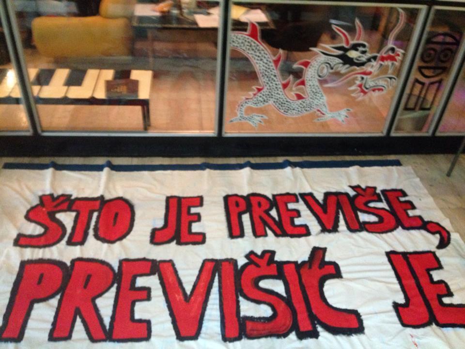 Izrada transparenta grupe za mini-akcije (izvor: Facebook stranica plenuma Filozofskog fakulteta)