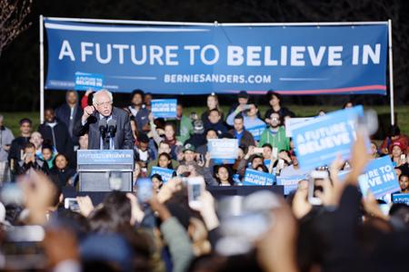 Bernie Sanders na skupu pristaša u Bronxu, NYC, 31. ožujka 2016. (Izvor: Michael Vadon @ Flickr, preuzeto prema Attribution 2.0 Generic licenci)