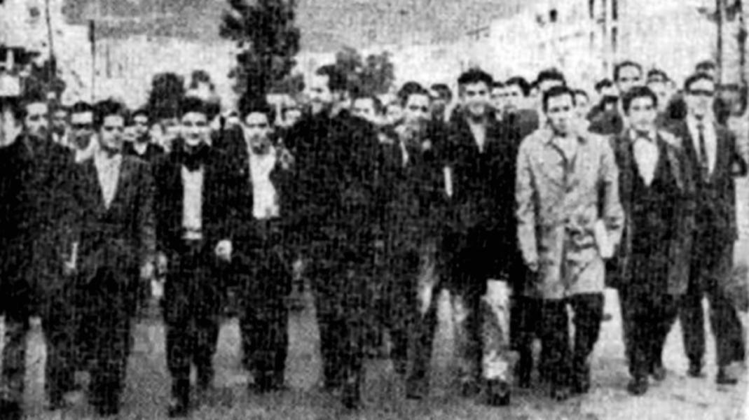 """Camilo Torres Restrepo (u sredini slike), kolumbijski svećenik i socijalist, poznat po citatu: """"Da je Isus danas živ, bio bi gerilac,"""" maršira sa studentima (izvor: commons.wikimedia.org)."""