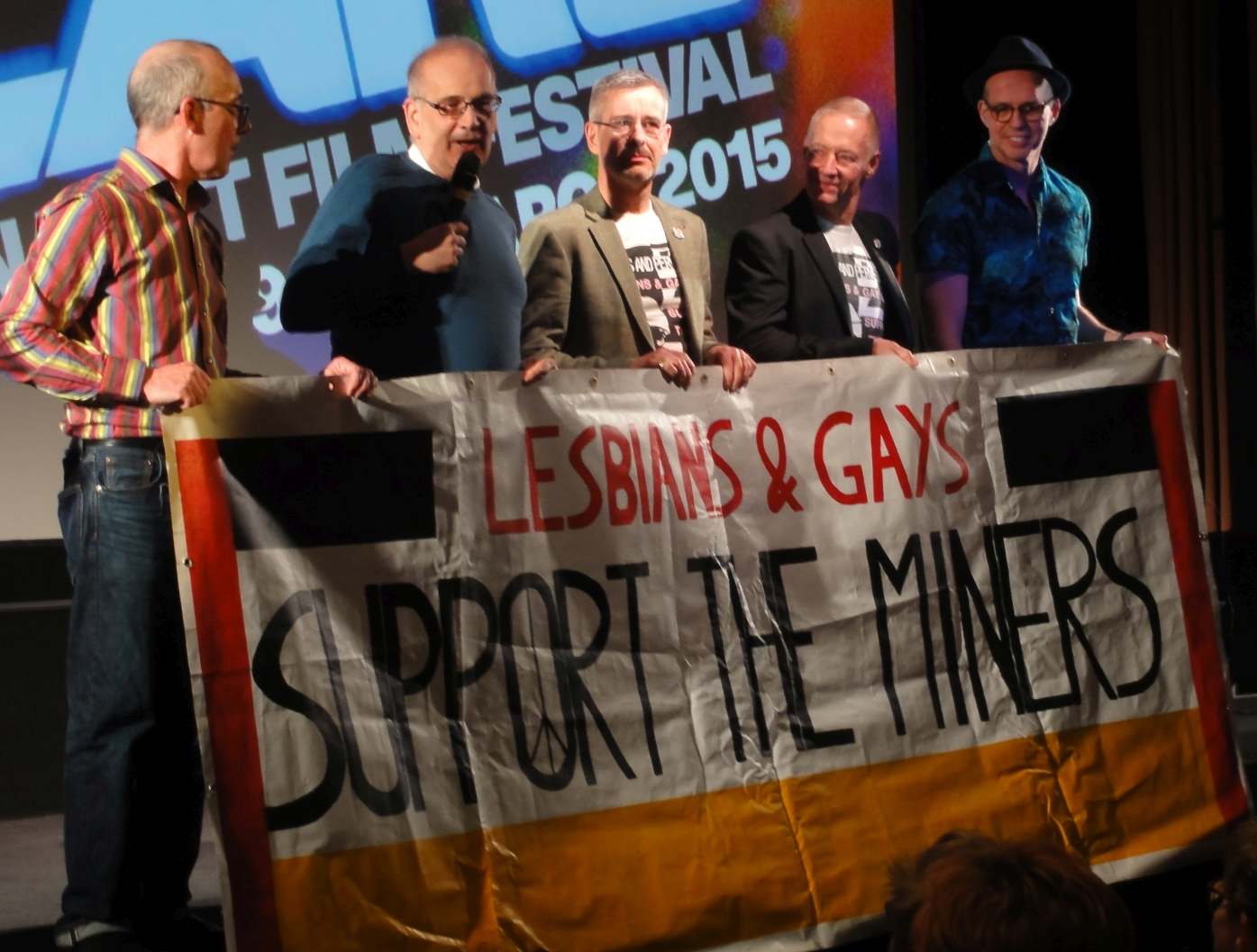 "Članovi <a href=""https://en.wikipedia.org/wiki/Lesbians_and_Gays_Support_the_Miners"" target=""_blank"">LGSM-a</a> na eventu Britanskog filmskog instituta posvećenog filmu <a href=""https://en.wikipedia.org/wiki/Pride_%282014_film%29"" target=""_blank"">Pride</a> (izvor: <a href=""https://commons.wikimedia.org/wiki/File:LGSM_at_the_BFI.JPG"" target=""_blank"">commons.wikimedia.org</a>)."