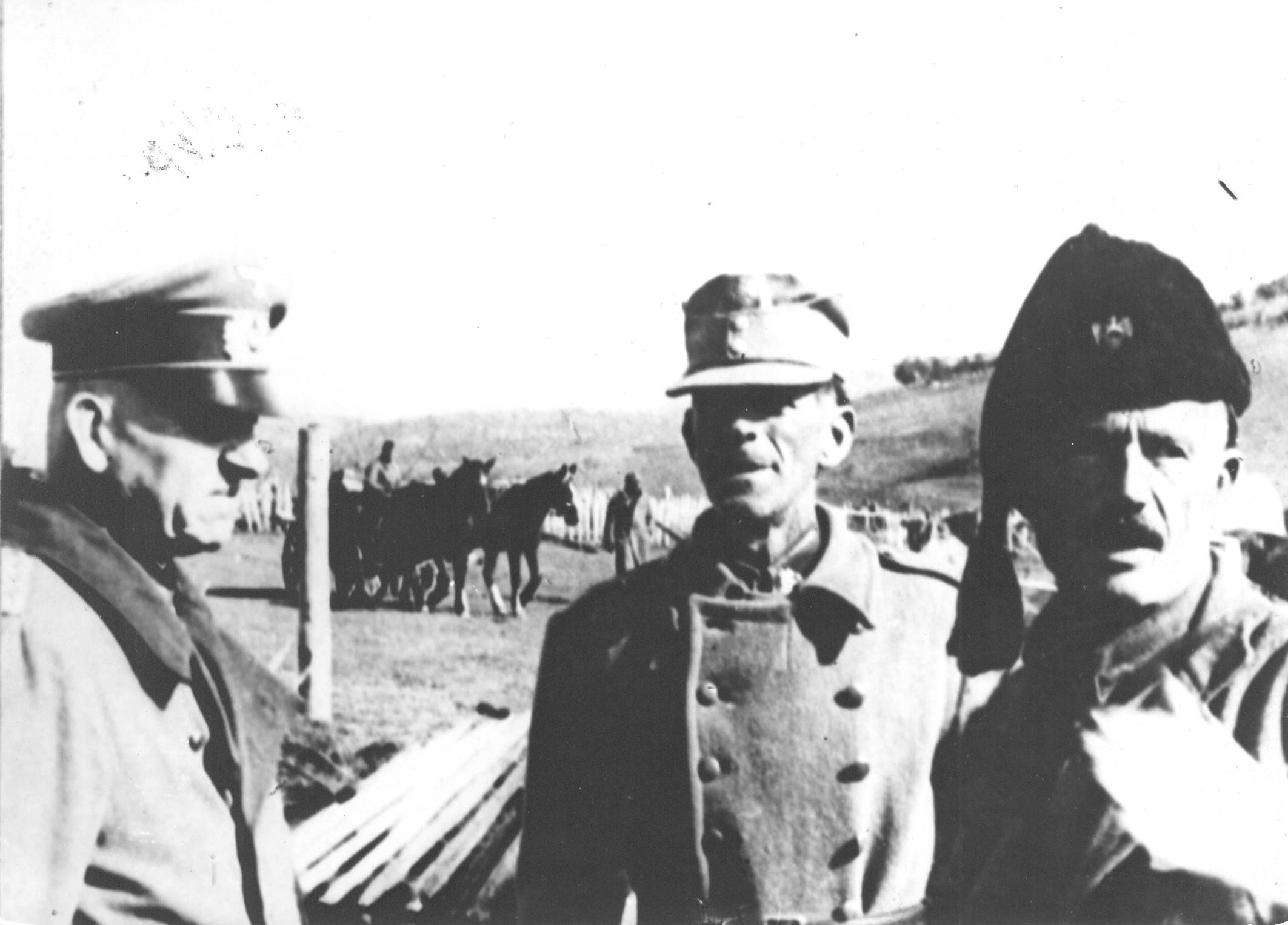 Njemački general Friedrich Stahl, nepoznati domobranski oficir i četnički vojvoda Rade Radić, tijekom IV. neprijateljske ofenzive na Prenju 1943. godine (izvor: sh.wikipedia.org).