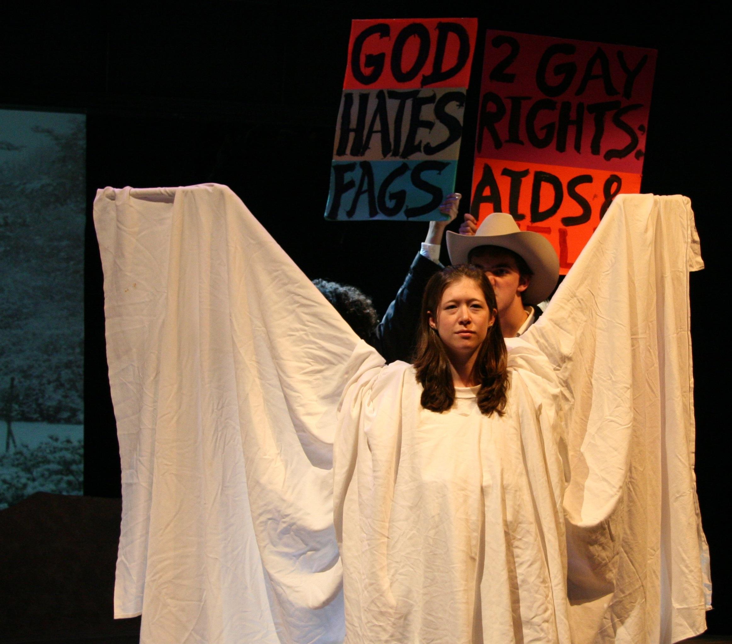 """Scena iz performansa nazvanog The Laramie Project, koja prikazuje """"anđeosku akciju"""" blokiranja homofobnih prosvjednika (izvor: commons.wikimedia.org)."""