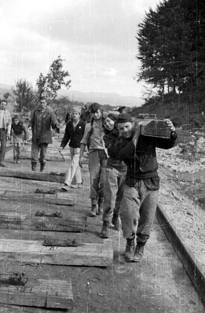 Izgradnja željezničke pruge Brčko-Banovići, od svibnja do studenog 1946. godine ogledni je primjer poslijeratnog optimizma mladih ljudi, dobrovoljno angažiranih u proces obnove zemlje (izvor: forum.klix.ba).