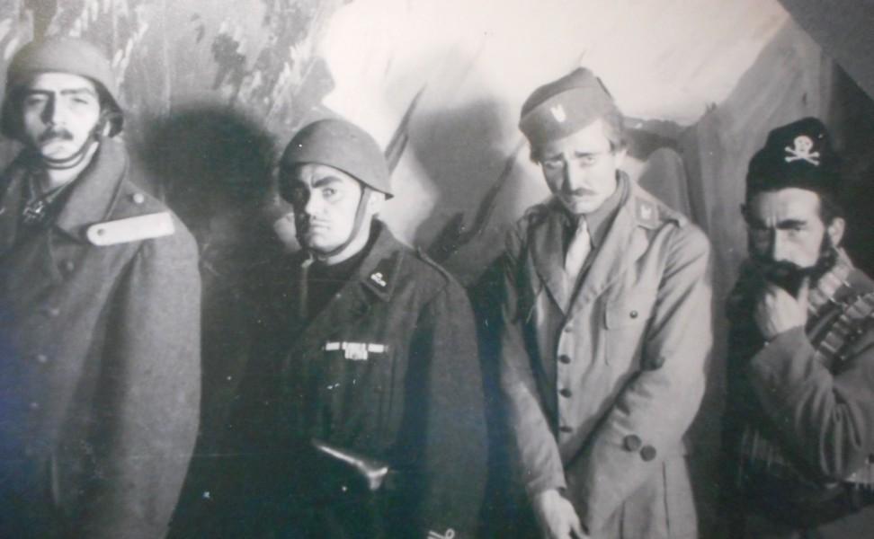 """Glumci baleta """"Partizansko kolo"""", izvedenog u oslobođenom Splitu, preobučeni u ustašku, četničku, njemačku i talijansku uniformu (dio izložbe o 1945. godini u Hrvatskom povijesnom muzeju / foto: BČ)."""