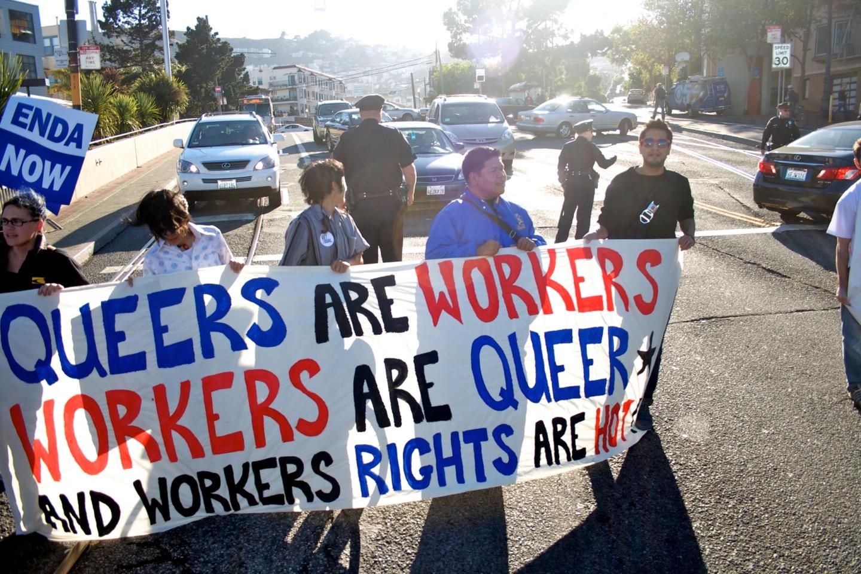Transparent na prosvjedu u San Franciscu iz 2010. godine za jednakost pri zapošljavanju (izvor: Matt Baume prema Creative Commons licenci).