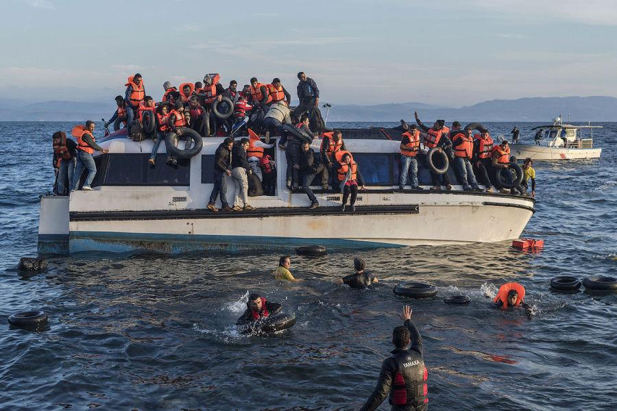 Izbjeglice iz Sirije i Iraka stižu preko Turske do grčkog otoka Lezbos, a pomažu im španjolski dobrovoljni spasioci (izvor: commons.wikimedia.org).