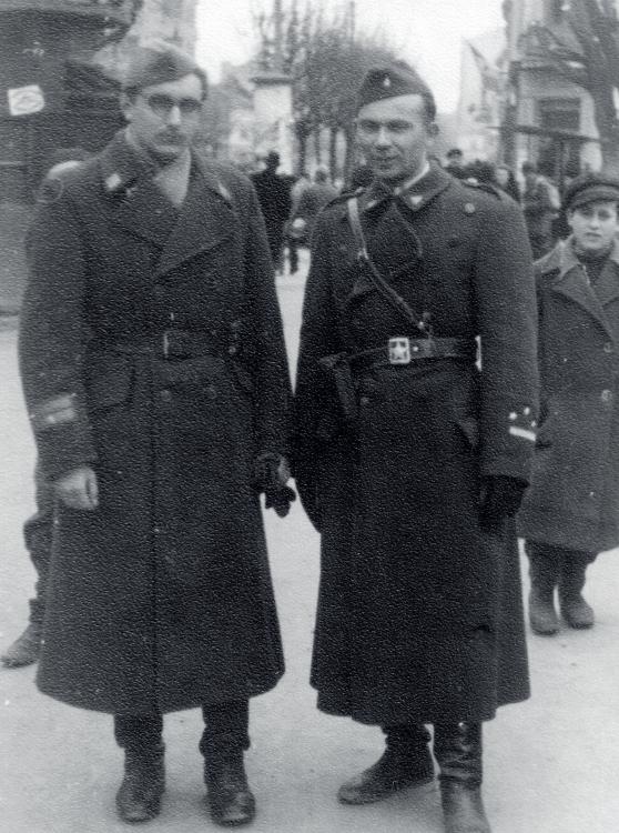Franjo Tuđman (lijevo), kao politički komesar brigade NOVJ u rangu majora, veljača 1945. godine (izvor: commons.wikimedia.org).