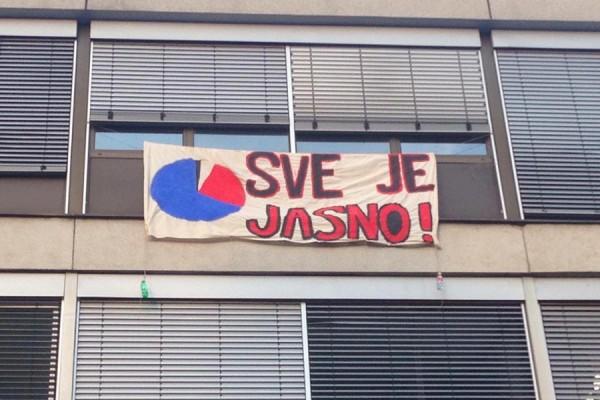 Novi transparent na pročelju zgrade Filozofskog fakulteta (izvor: Facebook stranica plenuma Filozofskog fakulteta)