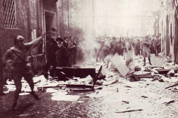 Fašističko uništavanje sjedišta sindikata CGL, Rim, 1922. godine (izvor).