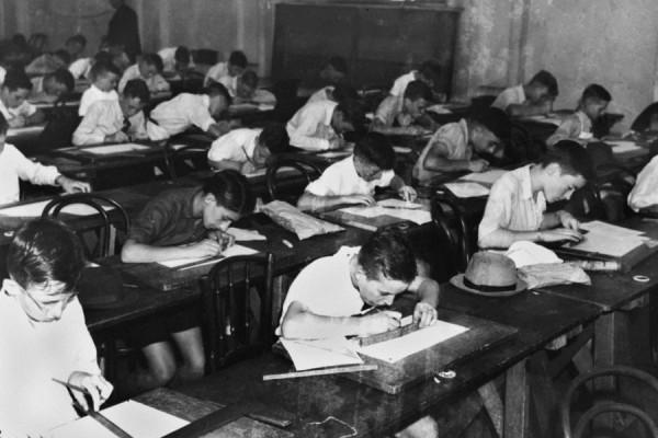 Prizor polaganja prijemnog ispita za stipendije već u osnovnoškolskoj dobi; snimljeno 1940. godine u Australiji (izvor: commons.wikimedia.org).