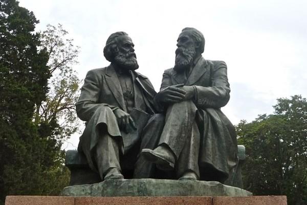 Spomenik Marxu i Engelsu u Biškeku, glavnom gradu Kirgistana (izvor: PhilosophersForChange.org).