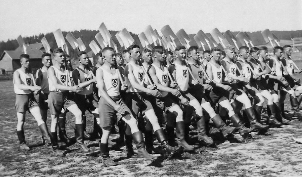 "Nacističke radne brigade (<em>Reichsarbeitsdienst</em>), ustrojene prema vojnom modelu (izvor: <a href=""https://commons.wikimedia.org/wiki/File:Arbeitsdienst.jpg"" target=""_blank"">wikimedia</a>)."