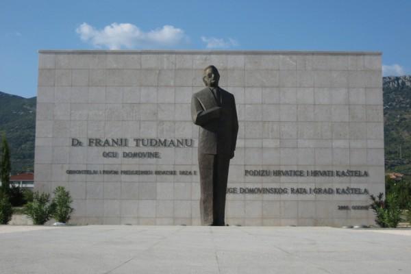 Spomenik u počast dr. Franje Tuđmana u Kaštelima, Hrvatska (izvor).