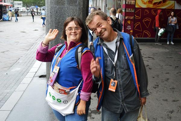 Liceulice na ulicama Beograda prodaju kolporteri. Pola prihoda od prodanog primjerka vraća se u projekt, a pola ostaje prodavaču. Na fotografiji: Naca i Milutko. (foto: Liceulice)