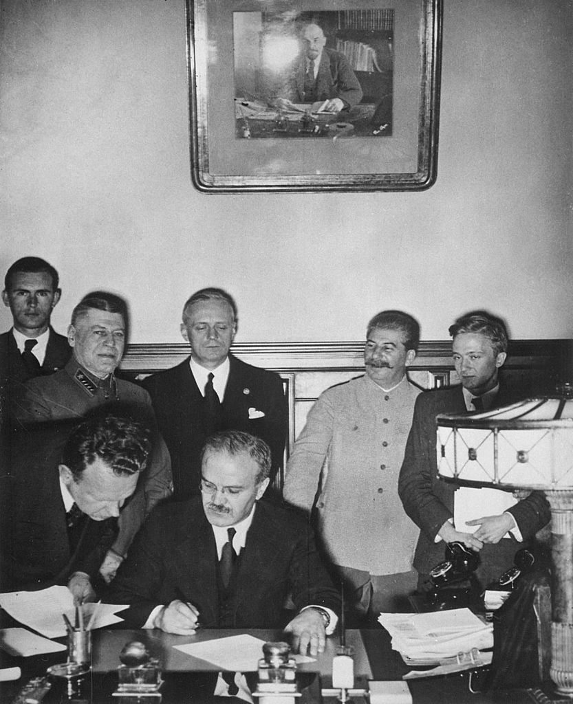 Molotov potpisuje pakt o nenapadanju s Njemačkom, dok iza njega stoje Ribbentrop i Staljin (izvor: wikimedia).