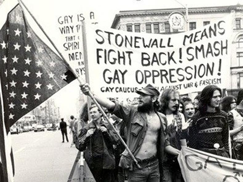 Pobuna Stonewall, koja je pokrenula moderni LGBT pokret, 28. lipnja, 1969. (izvor: telesurtv.net, public domain)