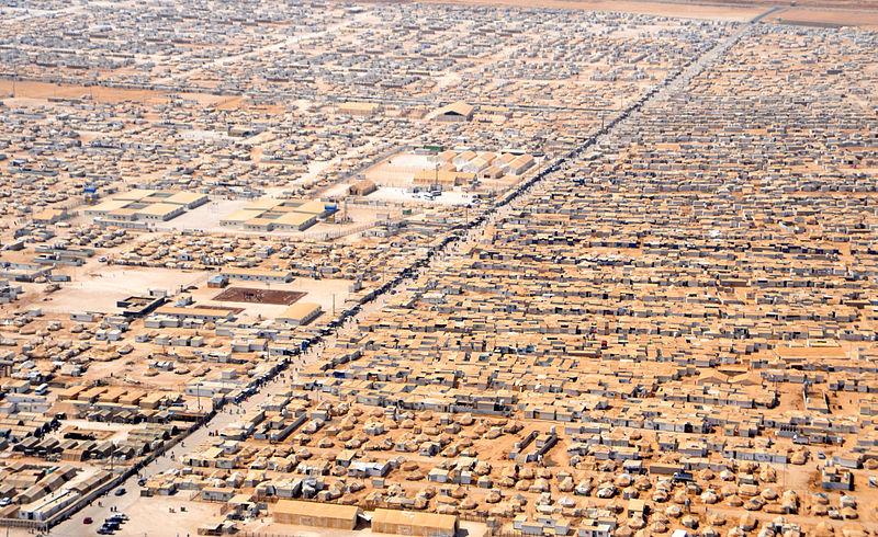 "Za'atri izbjeglički kamp u Jordanu, podignut u srpnju 2012. godine. U ožujku 2015. broj izbjeglica u kampu prelazio je 83 tisuće (izvor: <a href=""https://commons.wikimedia.org/wiki/File:An_Aerial_View_of_the_Za%27atri_Refugee_Camp.jpg"" target=""_blank"">Wikimedia</a>)."