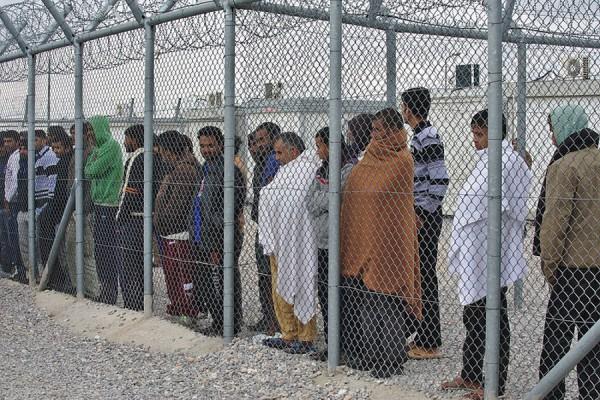 """""""Štićenici"""" detencijskog centra za ilegalne imigrante Amygdaleza u Grčkoj, oskudno odjeveni i obuveni. Veljača, 2015. godine (izvor: DTRocks prema Creative Commons licenci)."""