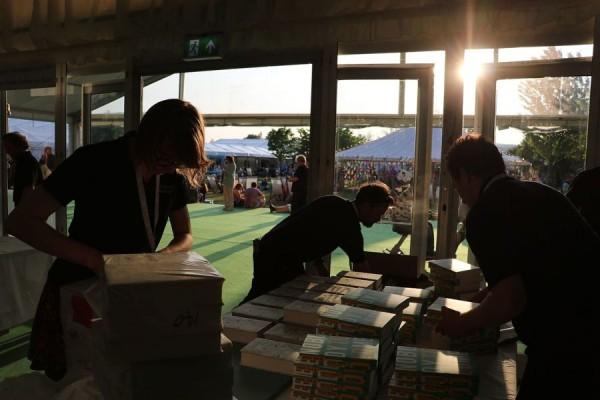 Radnici knjižare na Hay festivalu u Walesu 2016. godine (izvor: Andrew Lih prema Creative Commons licenci).