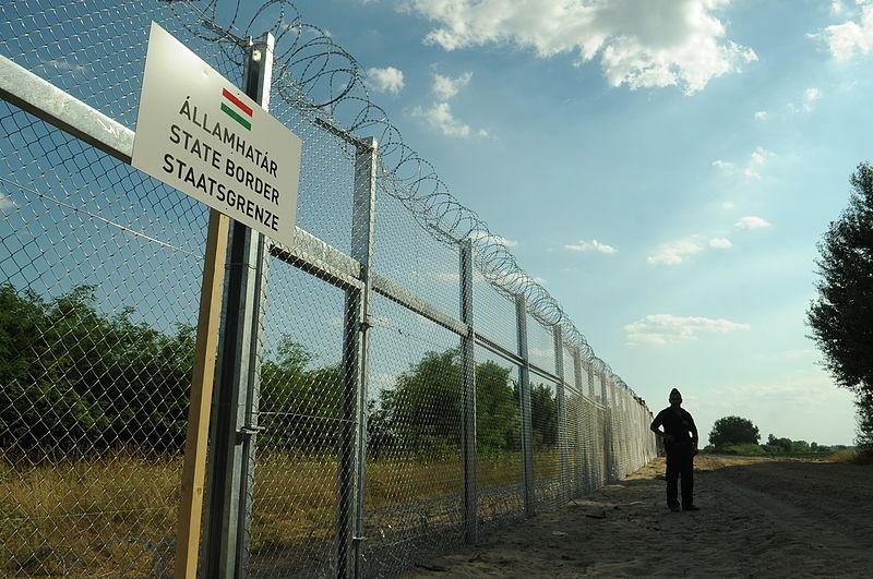"Ograda na srpsko-mađarskoj granici podignuta tijekom srpnja 2015. godine (izvor: <a href=""https://commons.wikimedia.org/wiki/File:Hungarian-Serbian_border_barrier_1.jpg"" target=""_blank"">Délmagyarország/Schmidt Andrea</a> prema <a href=""https://creativecommons.org/licenses/by-sa/3.0/deed.en"" target=""_blank"">Creative Commons</a> licenci)."