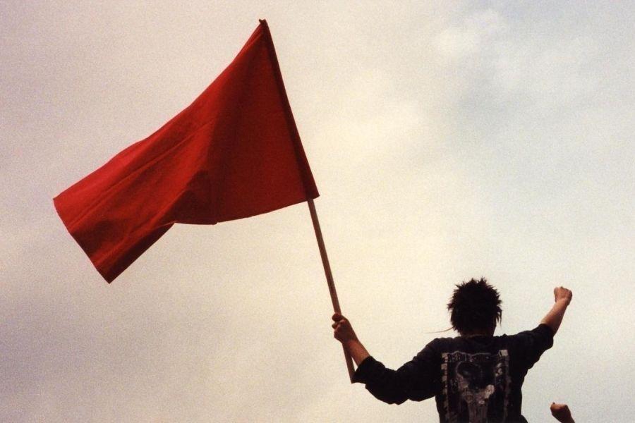 Crvena zastava i stisnuta šaka na Prvomajskoj proslavi u Madridu 2006. godine (izvor: Soman prema Creative Commons licenci).