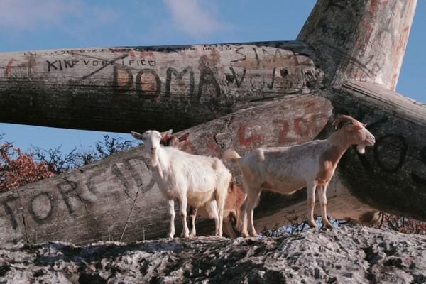 Minirani spomenik Vuke Bombardellija posvećen borcima Prvog splitskog partizanskog odreda koje su pogubili ustaše u okolici Sinja (izvor: maz.hr , foto: Igor Grubić)