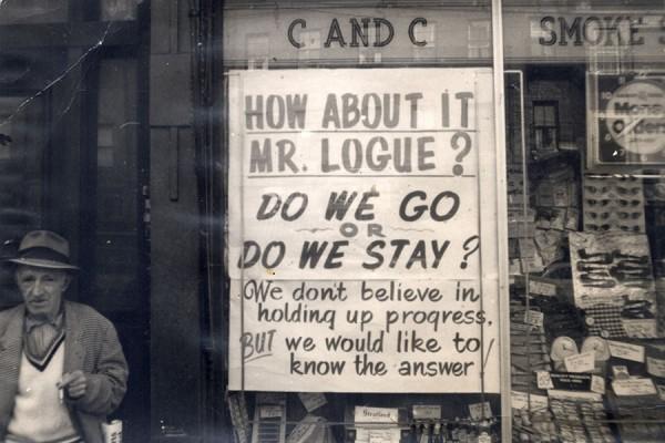 Plakat kojim se u bostonskom South Endu prosvjedovalo protiv projekta urbane revitalizacije, između 1960-1975 (izvor:  City of Boston Archives  prema Creative Commons licenci).