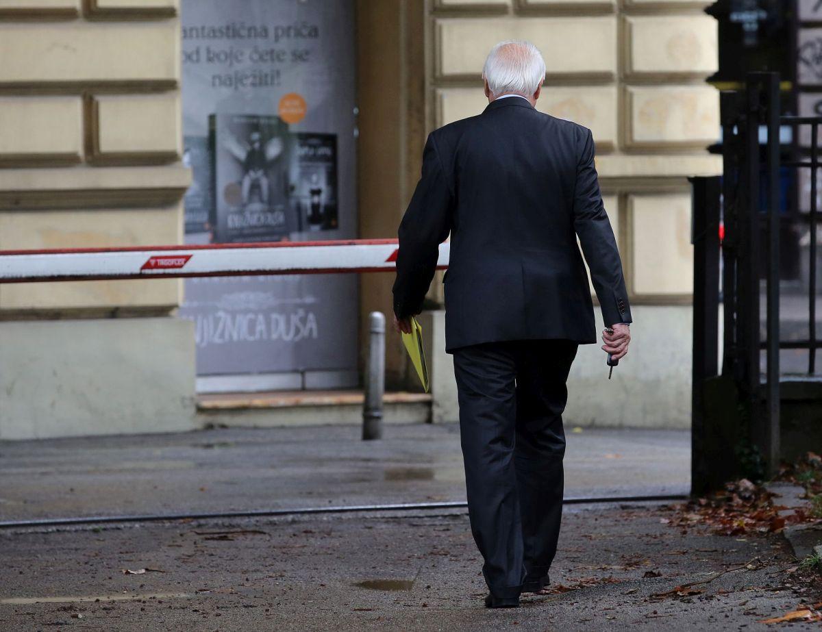 Vlatko Previšić nakon sjednice Senata Sveučilišta na kojoj je razriješen dužnosti (izvor: Hina / Lana Slivar Dominić - 3.10.2016). Autorska prava su zaštićena, nije dozvoljeno preuzimanje, prenošenje i redistribuiranje sadržaja Hine.
