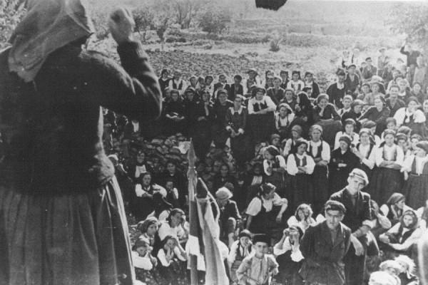 Skup Antifašističkog fronta žena u selu kraj Splita, svibanj 1944. godine (izvor: Znaci.net).