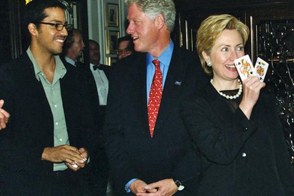 Magičar David Blaine izvodi trikove za Billa i Hillary Clinton (izvor: Wikipedia, prilagođeno prema Creative Commons licenci).