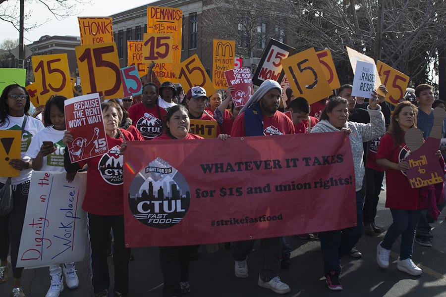 Štrajk i protest zaposlenih u industriji brze prehrane u borbi za podizanje minimalne satnice na 15 dolara, Minneapolis, 15. travnja 2015. (izvor: Fibonacci Blue@Flickr prema Creative Commons licenci).