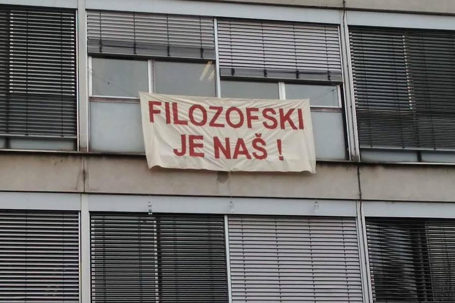 """Transparent na pročelju zgrade Filozofskog fakulteta (izvor: Facebook stranica kandidacijske liste  """"Filozofski je naš!"""")"""