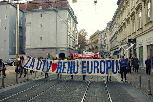 """Marš solidarnosti pod sloganom """"Za otvorenu Europu!"""" u organizaciji Mreže antifašistkinja Zagreba i inicijative """"Dobrodošli!"""", Zagreb, 14. studeni 2015. godine (izvor: Ivana Schmidt / CMS)."""