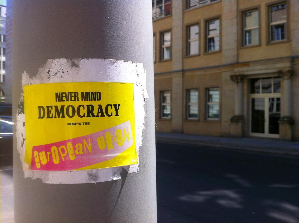 """""""Koga briga za demokraciju – tu je Europska unija"""" (izvor: aesthetics of crisis prema Creative Commons licenci)."""