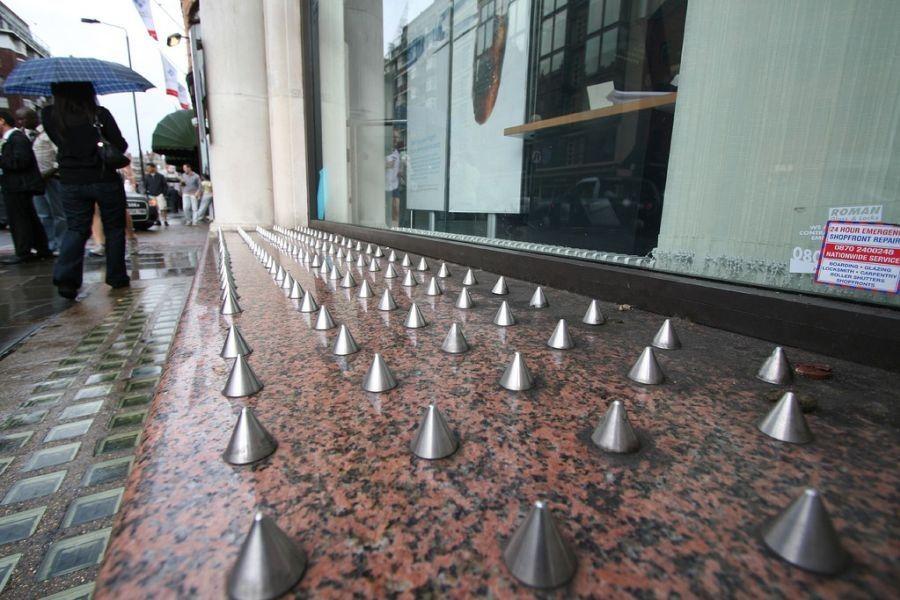 Šiljci ispred dućana Harrods u Londonu, postavljeni kako bi se smanjila vidljivost problema beskućništva (izvor: SAITOR prema Creative Commons licenci).